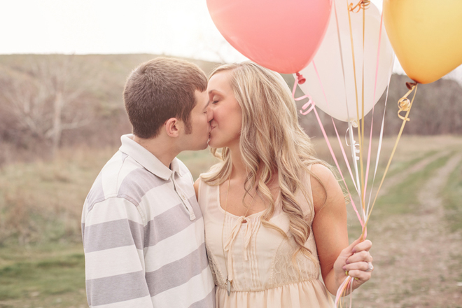Charming Oregon Engagement Session : Balloons and Love