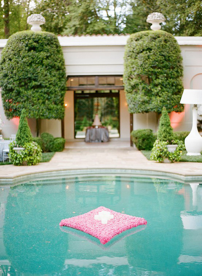 Gorgeous pool decorations for weddings belle the magazine for Outdoor pool decorating ideas