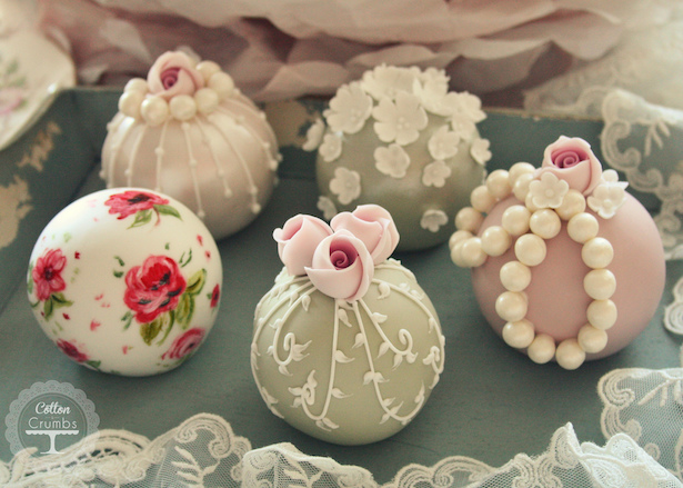 Wedding Mini-Cakes with Sugar Flowers