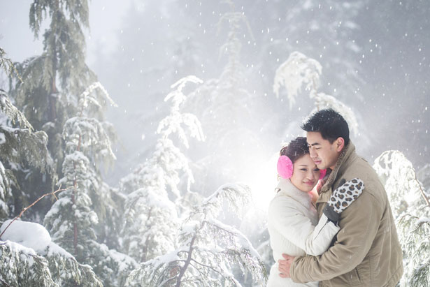 Beautiful winter engagement photo - L'Estelle Photography