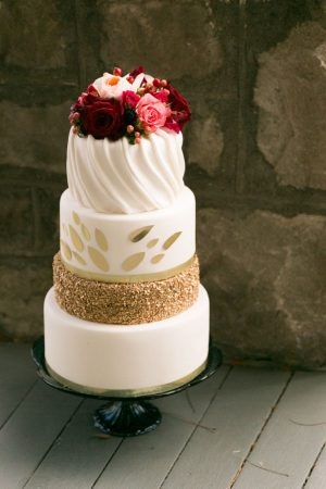 Gold sequins wedding cake - Cimbalik Photography