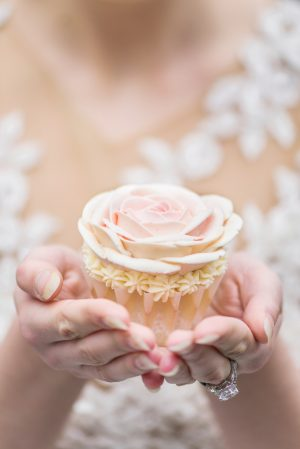 Floral wedding cupcake - L'estelle Photography