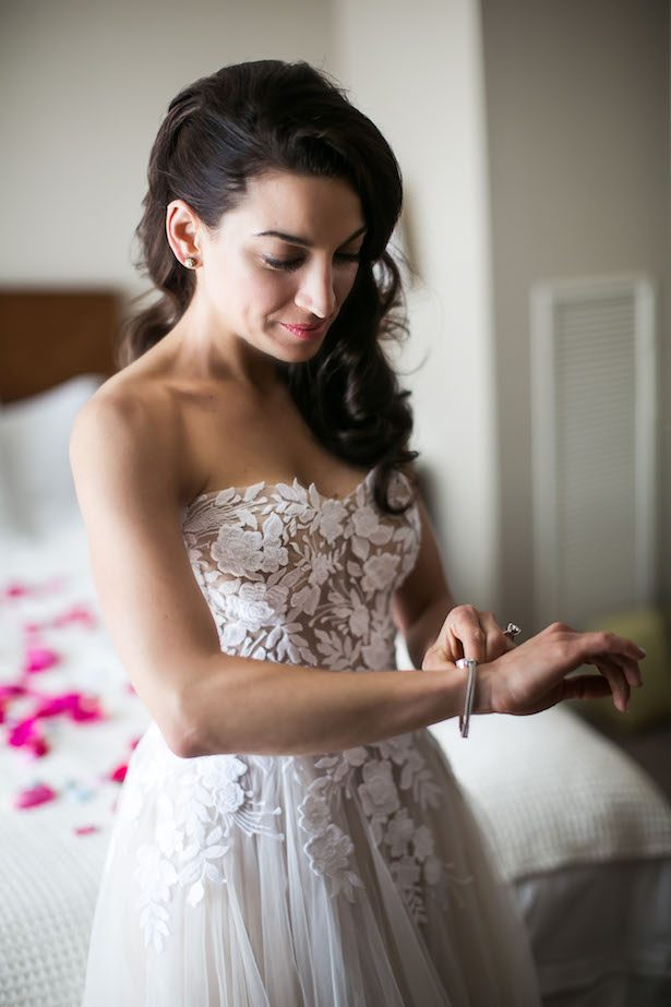 Floral appliques wedding dress - Femina Photo