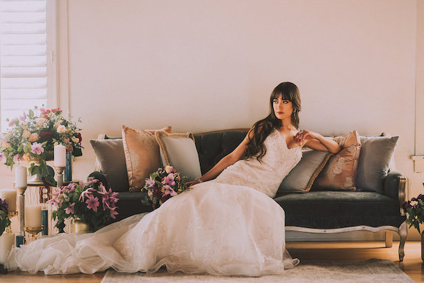 Vintage wedding couch - Cristina Navarro Photography