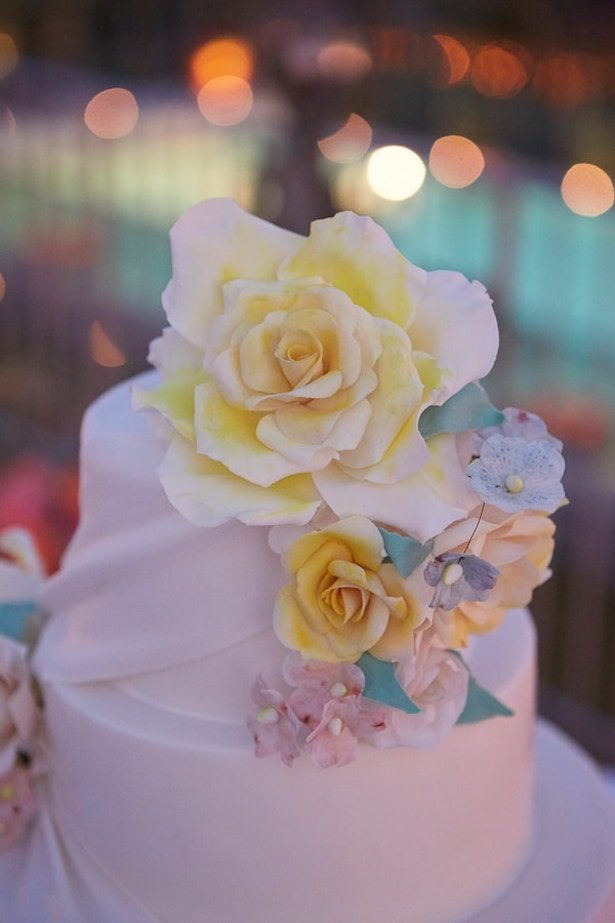 Wedding cake with sugar flowers - Photography: Studio Bonon
