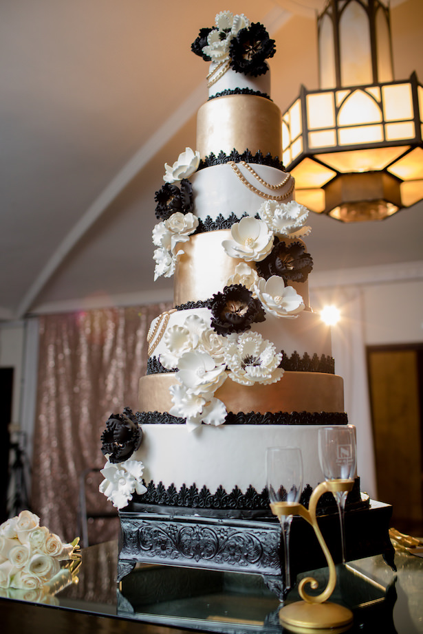 Black and gold wedding cake - Photo: Hollywood Pro Weddings
