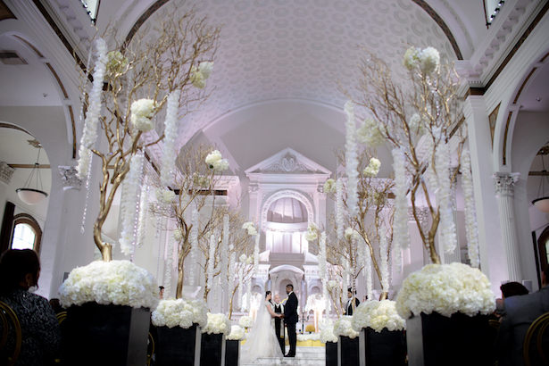 Black and white elegant wedding ceremony - Photo: Hollywood Pro Weddings