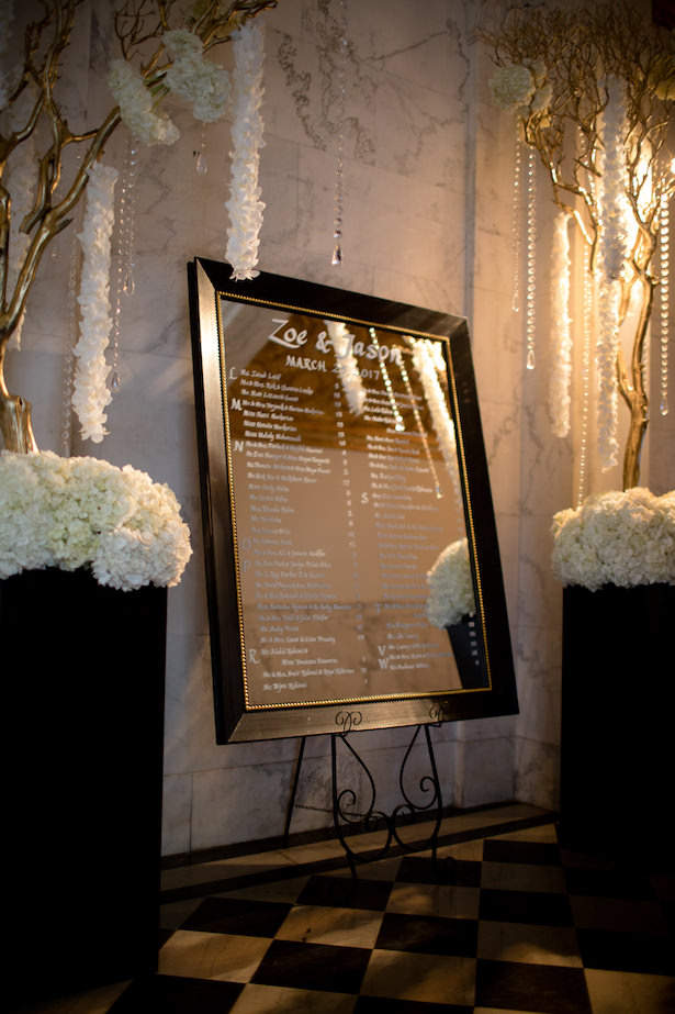 Elegant seating chart mirror - Photo: Hollywood Pro Weddings
