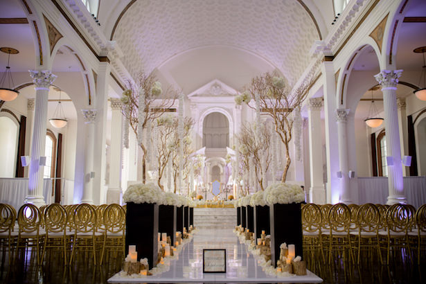 Elegant wedding ceremony decor - Photo: Hollywood Pro Weddings