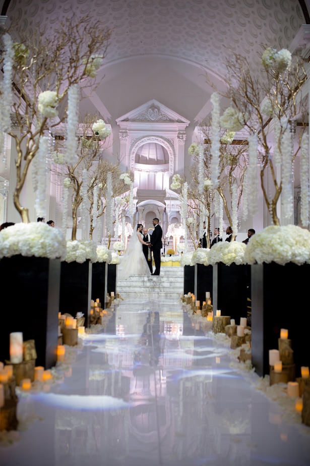 Glamorous indoor wedding ceremony black and white - Photo: Hollywood Pro Weddings