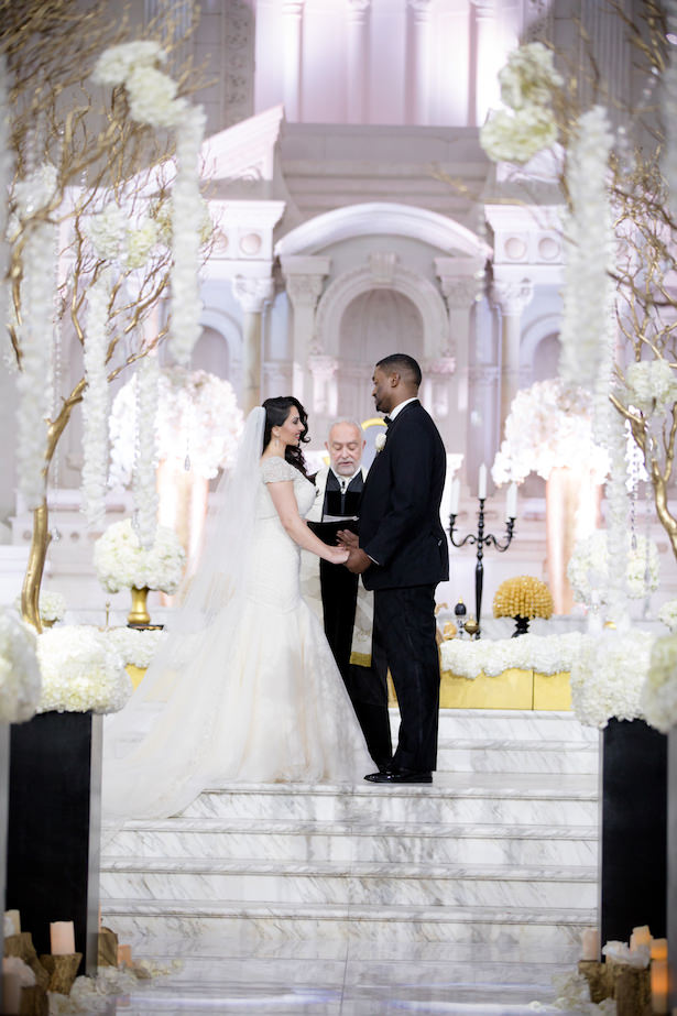 Glamorous indoor wedding ceremony decor - Photo: Hollywood Pro Weddings