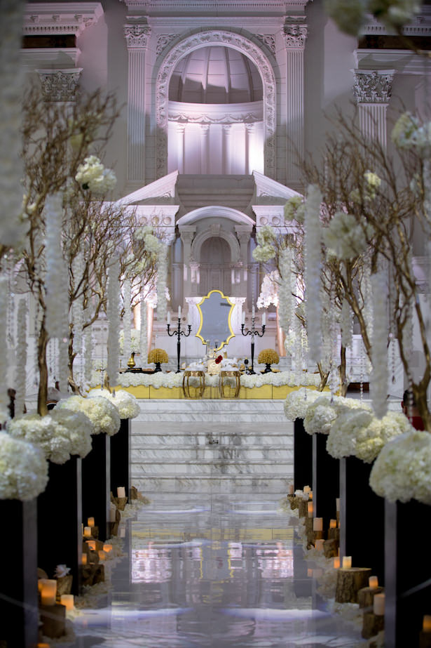 Glamorous indoor wedding ceremony decorations - Photo: Hollywood Pro Weddings