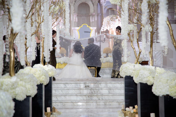 Glamorous indoors wedding decorations - Photo: Hollywood Pro Weddings