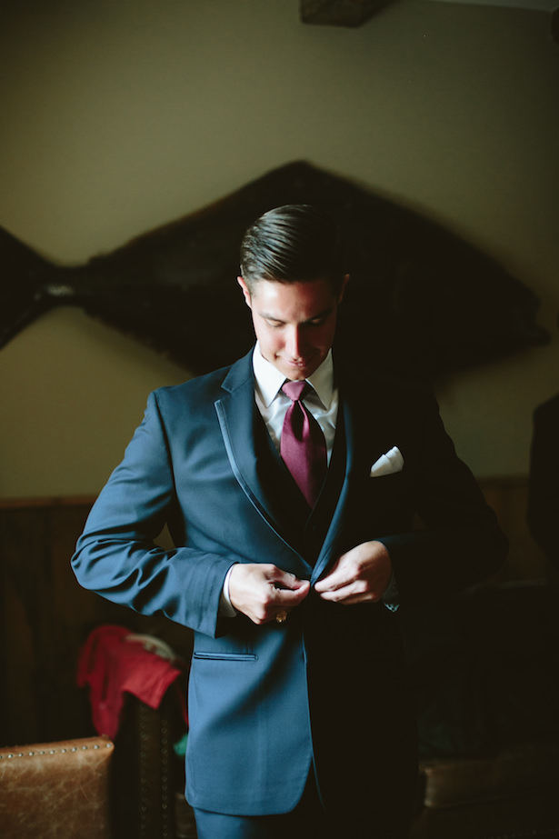 Groom outfit with navy blue suit and burgundy tie - Photo: Elizabeth Bristol