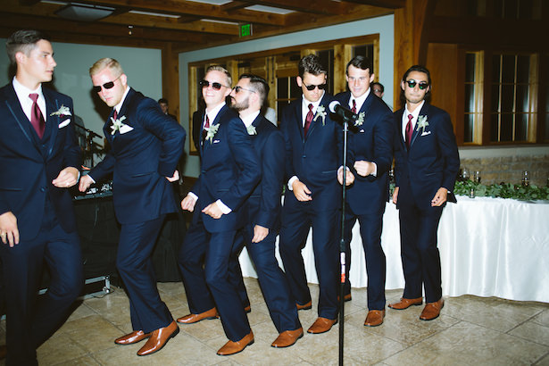 Groomsmen outfits with navy blue suits - Photo: Elizabeth Bristol