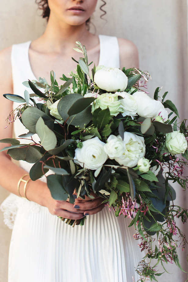 Modern wedding bouquet with greenery and white flowers- Photography: Miriam Callegari