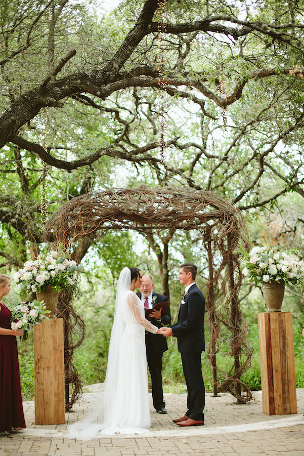 Outdoor bohemian wedding ceremony - Photo: Elizabeth Bristol