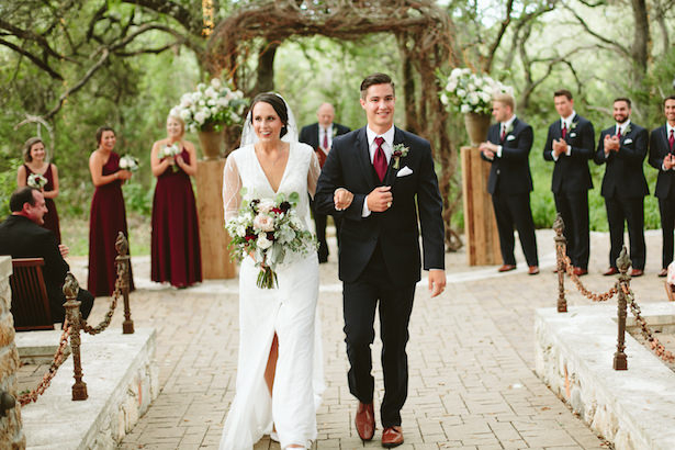 Outdoor burgundy rustic wedding ceremony - Photo: Elizabeth Bristol