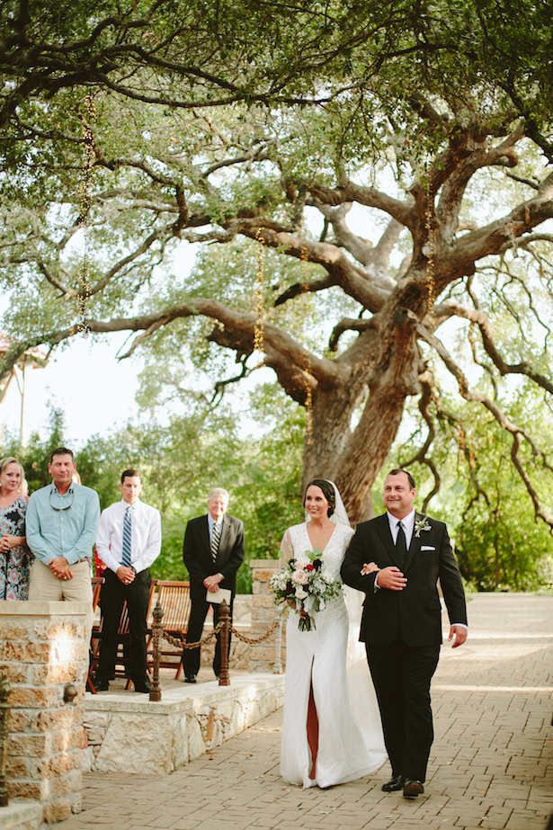 Outdoor rustic wedding ceremony - Photo: Elizabeth Bristol