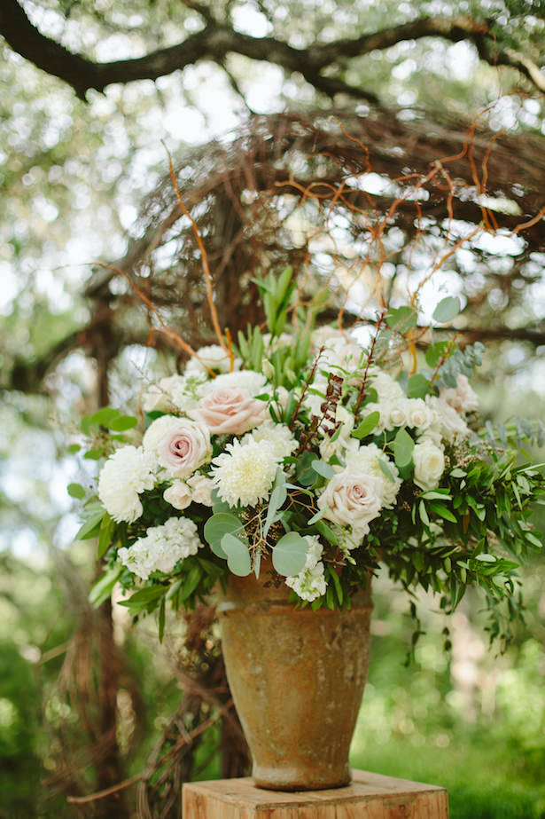 Outdoor rustic wedding ceremony flowers - Photo: Elizabeth Bristol