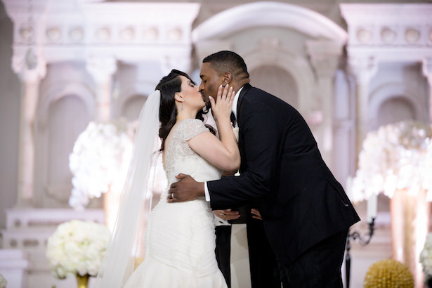 Romantic wedding photo kiss - Photo: Hollywood Pro Weddings