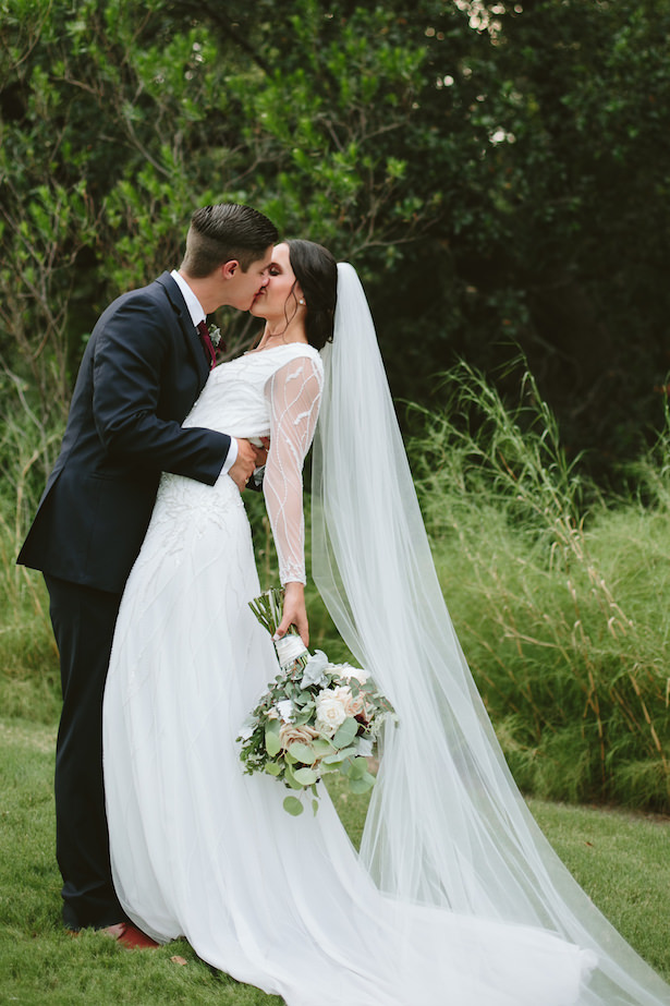 Elegant Rustic Wedding - Photo: Elizabeth Bristol