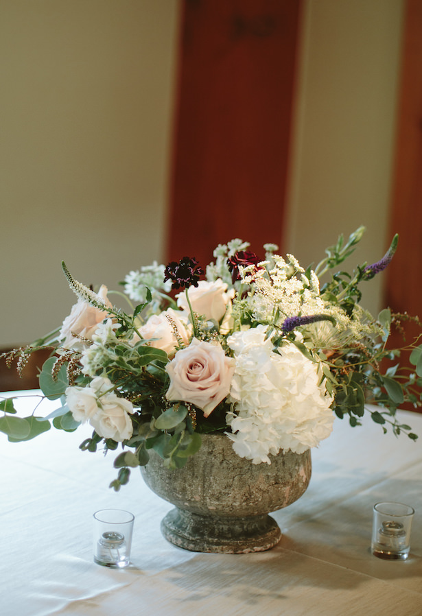 Vintage wedding centerpieceSimple wedding centerpiece - Photo: Elizabeth Bristol