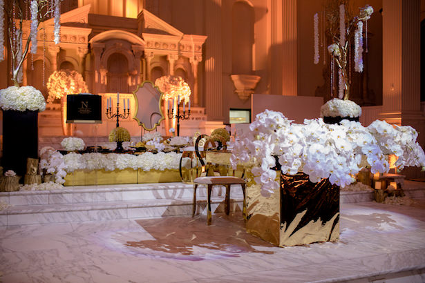 White and gold wedding decorations - Photo: Hollywood Pro Weddings