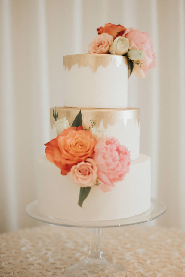 modern wedding cake with roses - Photo: Pablo Díaz