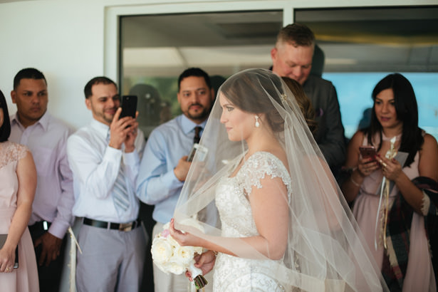 Glamorous Wedding Dress with veil - Photo: Pablo Díaz