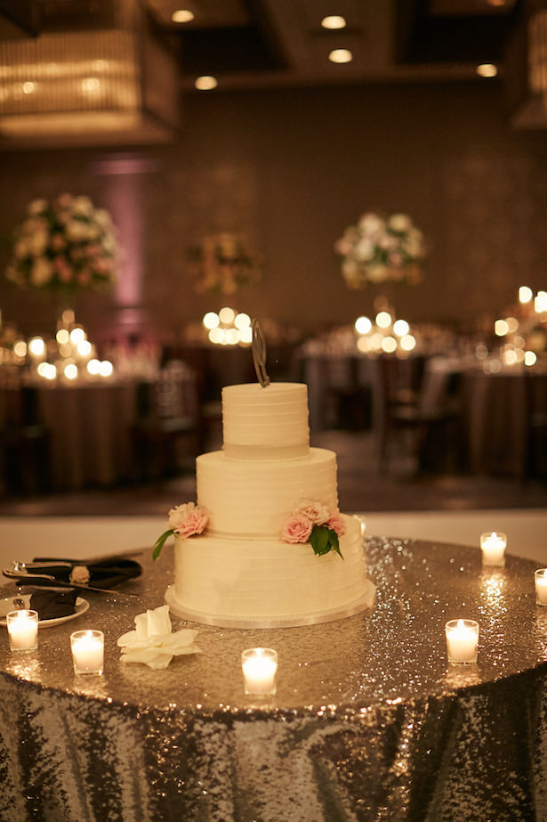 Elegant wedding cake table - Wasio Photography