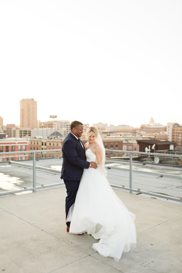 Romantic wedding photo - bride and groom rooftop - Photography:Rochelle Louise