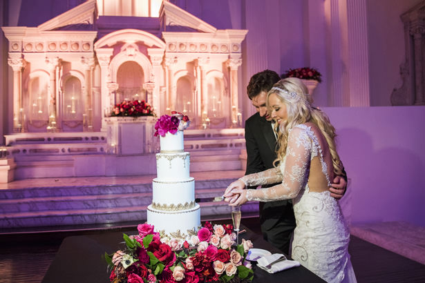 Cutting Wedding Cake - Photography: The Big Affair