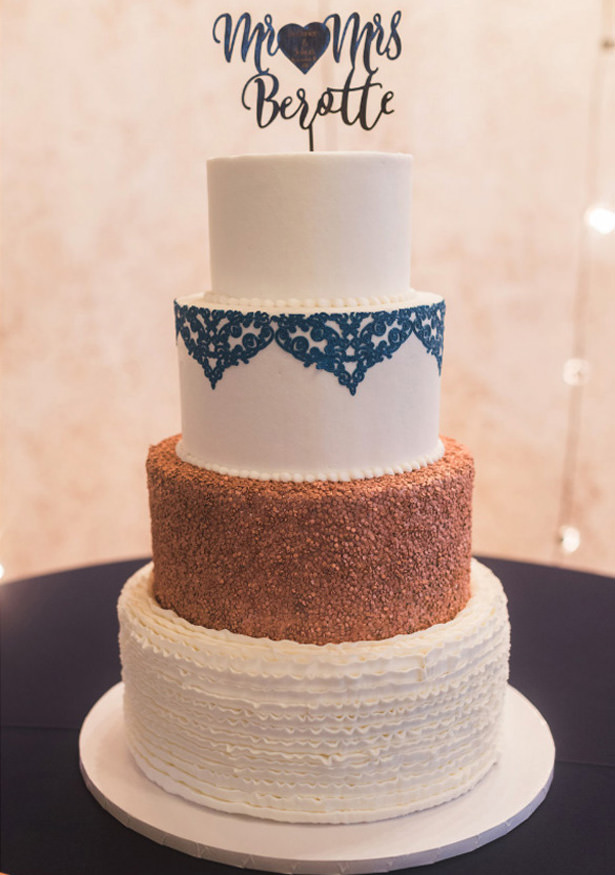 White and Blue Wedding Cake - Photography: Sabel Moments