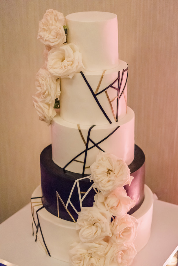 Modern black and white wedding cake with roses and gold details - Flashy Mama Photography - Flashy Mama Photography
