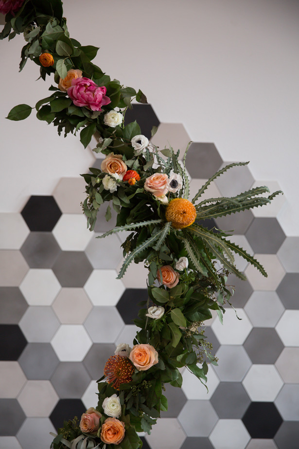 Modern wedding arch with citrus hues - OANA FOTO