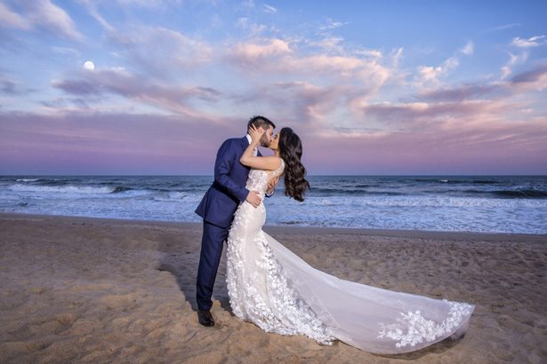 Romantic wedding photo kiss - Photography: Adam Opris