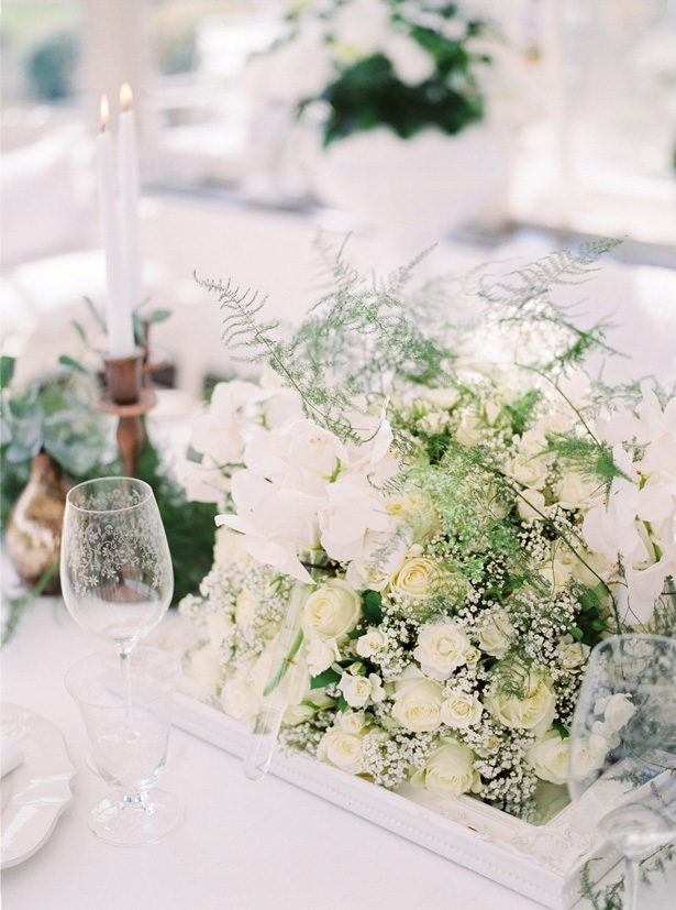 Elegant White Rose Table Centerpiece - Sergio Sorrentino Fotografie