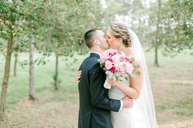 Romantic wedding photo kiss - Photography: Lauren Westra