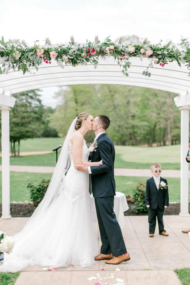 Romantic wedding photo -kiss outdoor ceremony - Photography: Lauren Westra
