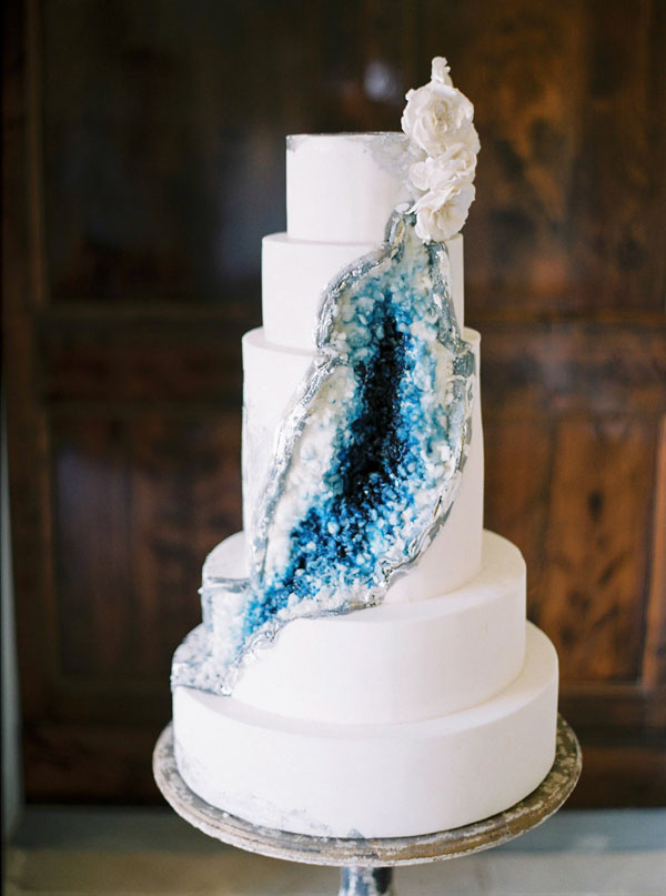 White and blue geode wedding cake - Photography: The cablookfotolab