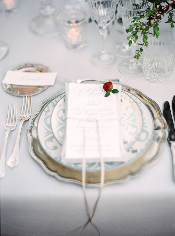 White vintage place setting - Photography: The cablookfotolab