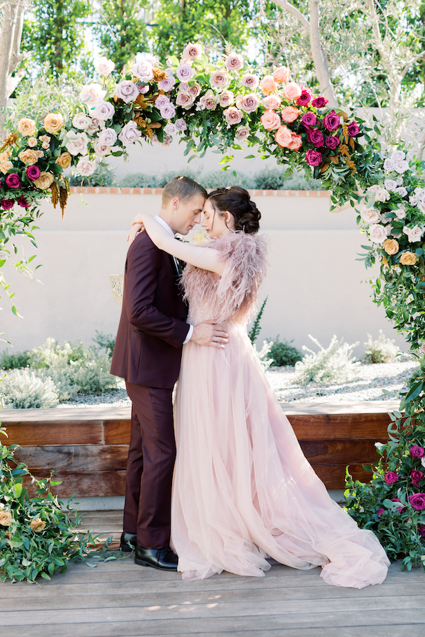 Romantic wedding photo and floral ceremony arch decor - Photography: Moose Studio