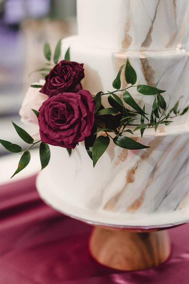 Gold and silver marbled wedding cake with burgundy flowers - Madiow Photography