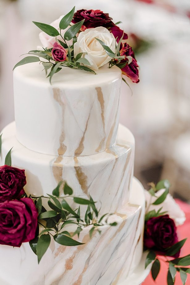 White marbled wedding cake with burgundy and blush flowers - Madiow Photography