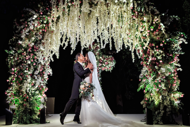 Floral wedding ceremony arch - Photography: Vincent Zasil