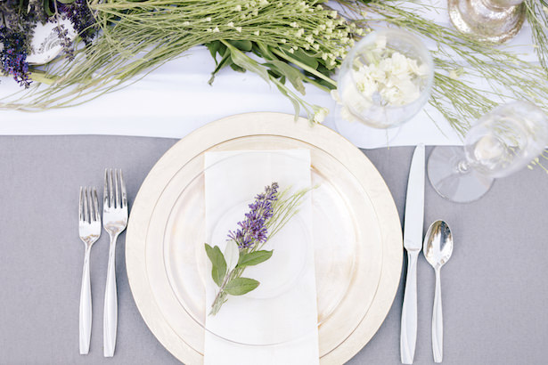 Gold charger reception table setting with lavender - Photo: Tiffany Hudson Films