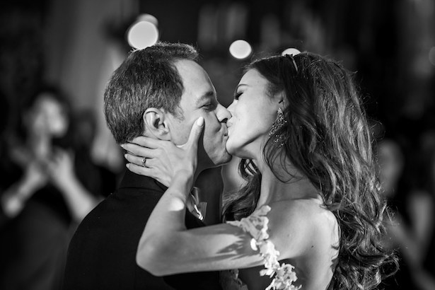 Romantic kiss wedding photo - Photography: Vincent Zasil