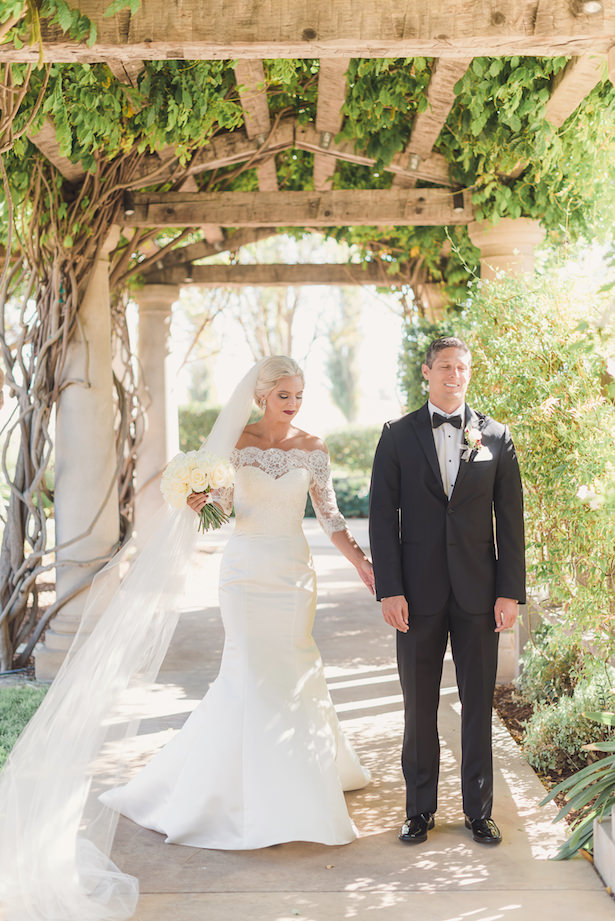 Bride and groom classic picture idea - Sun and Sparrow Photography