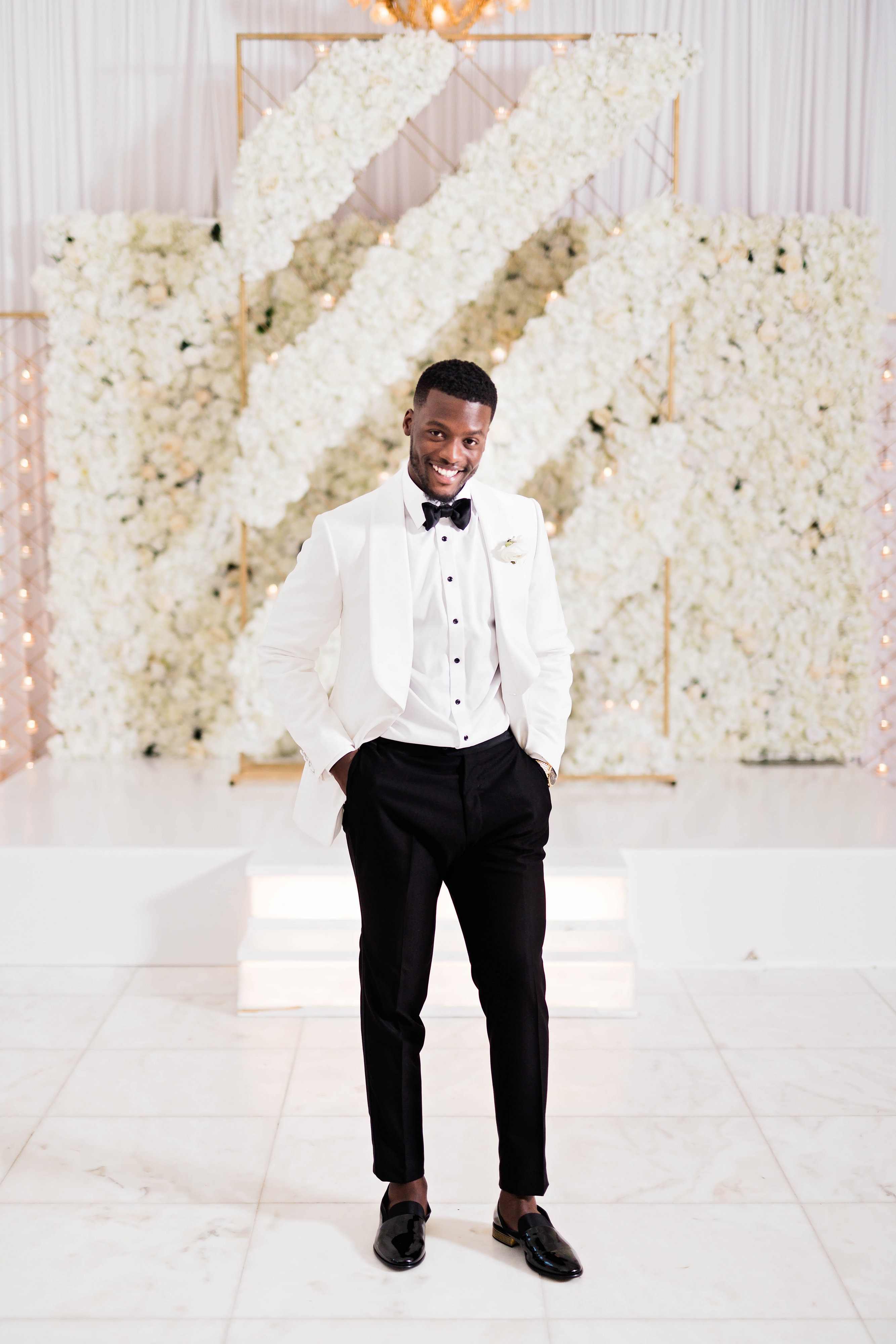Groom style with black and white suit - Photography: Pharris Photos